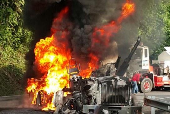 Incinerado vehículo de carga en la vía del Cusiana