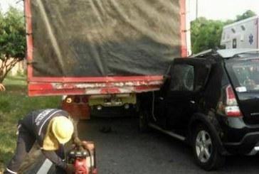 Conductora de automóvil que chocó con camión en zona urbana quedó atrapada