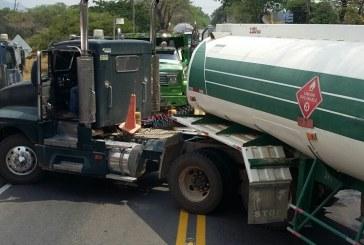 Transportadores bloquearon la Marginal de la Selva con sus carrotanques
