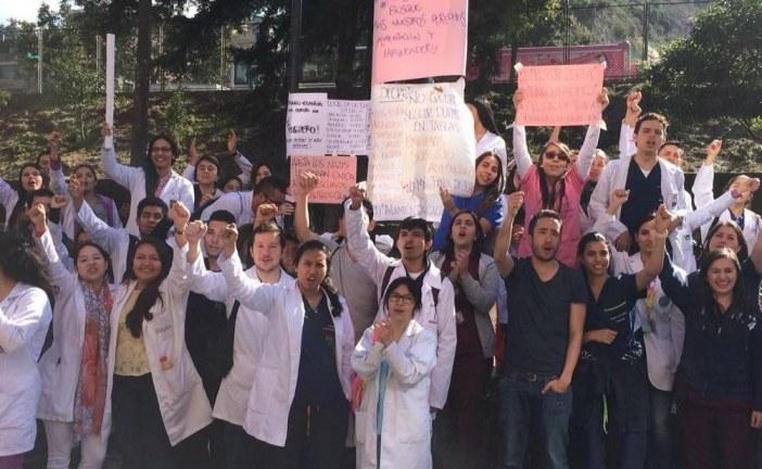 En Hospital Simón Bolívar de Bogotá con Plantón defienden derecho a la salud y dicen si a Revocatoria a Peñalosa