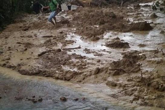 #EnAudio Km.10 y 11 vía al morro presentó deslizamientos de tierra. Se espera apertura a un carril en la tarde: Fernando peña: vereda la vega.