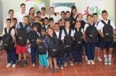 Niños de veredas en Aguazul recibieron kits escolares.