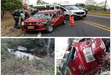 Conductor de camión falleció tras arrollar un automóvil y caer a un abismo en Monterrey.