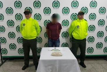 Policía capturó a un hombre cuando transportaba 1075 gramos de base de coca.