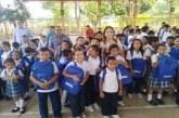Más de 200 kits escolares ha entregado el banco BBVA a estudiantes de sectores vulnerables.