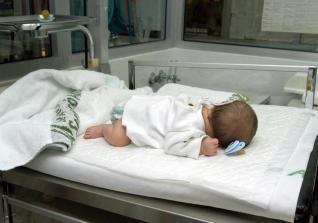 Familia de bebé gravemente enfermo sigue esperando que Caprecom lo remita a hospital de alta complejidad