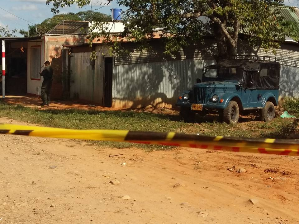 En su vehículo y frente a su vivienda, hombre se suicidó con tiro de escopeta