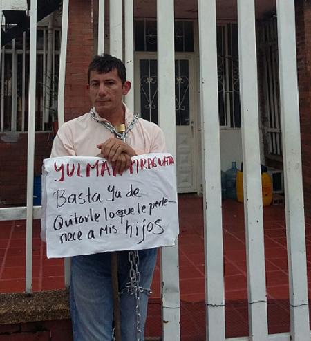 Hombre se encadena en casa de expareja para no pagar deuda de alimentos