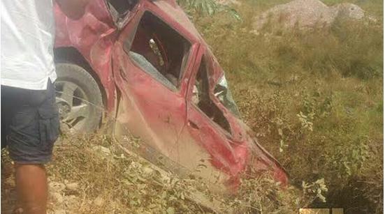 Un vehículo accidentado en la caravana Vamos pal pauto.