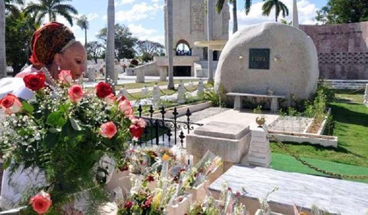 Piedad Córdoba dice ante la tumba de Fidel Castro que será candidata presidencial