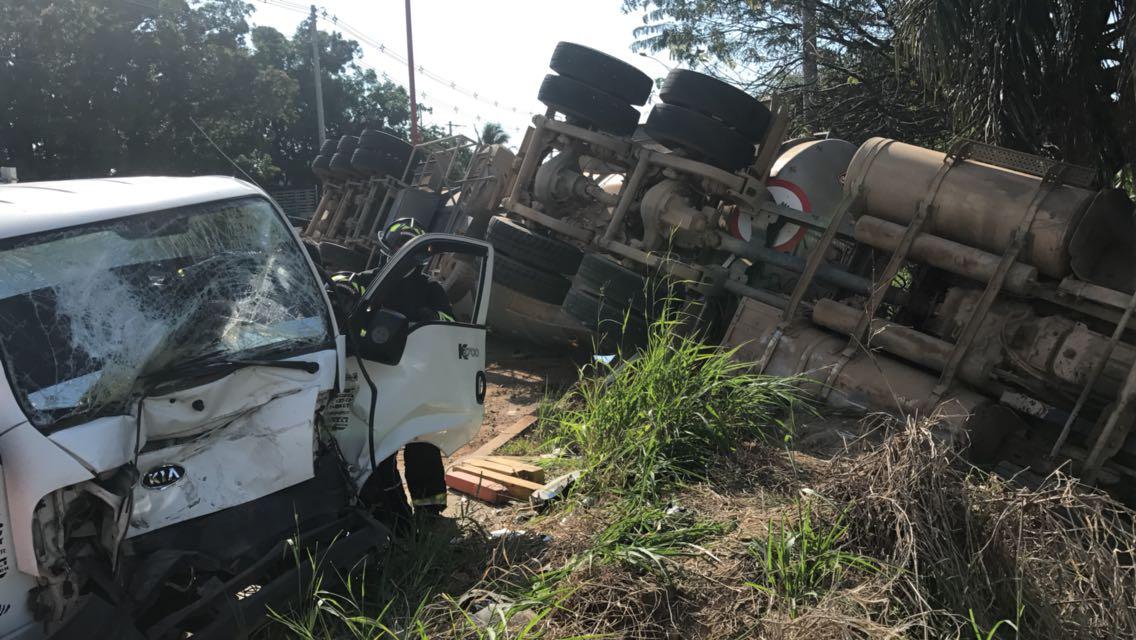 Tres heridos deja volcamiento de tractomula en Yopal