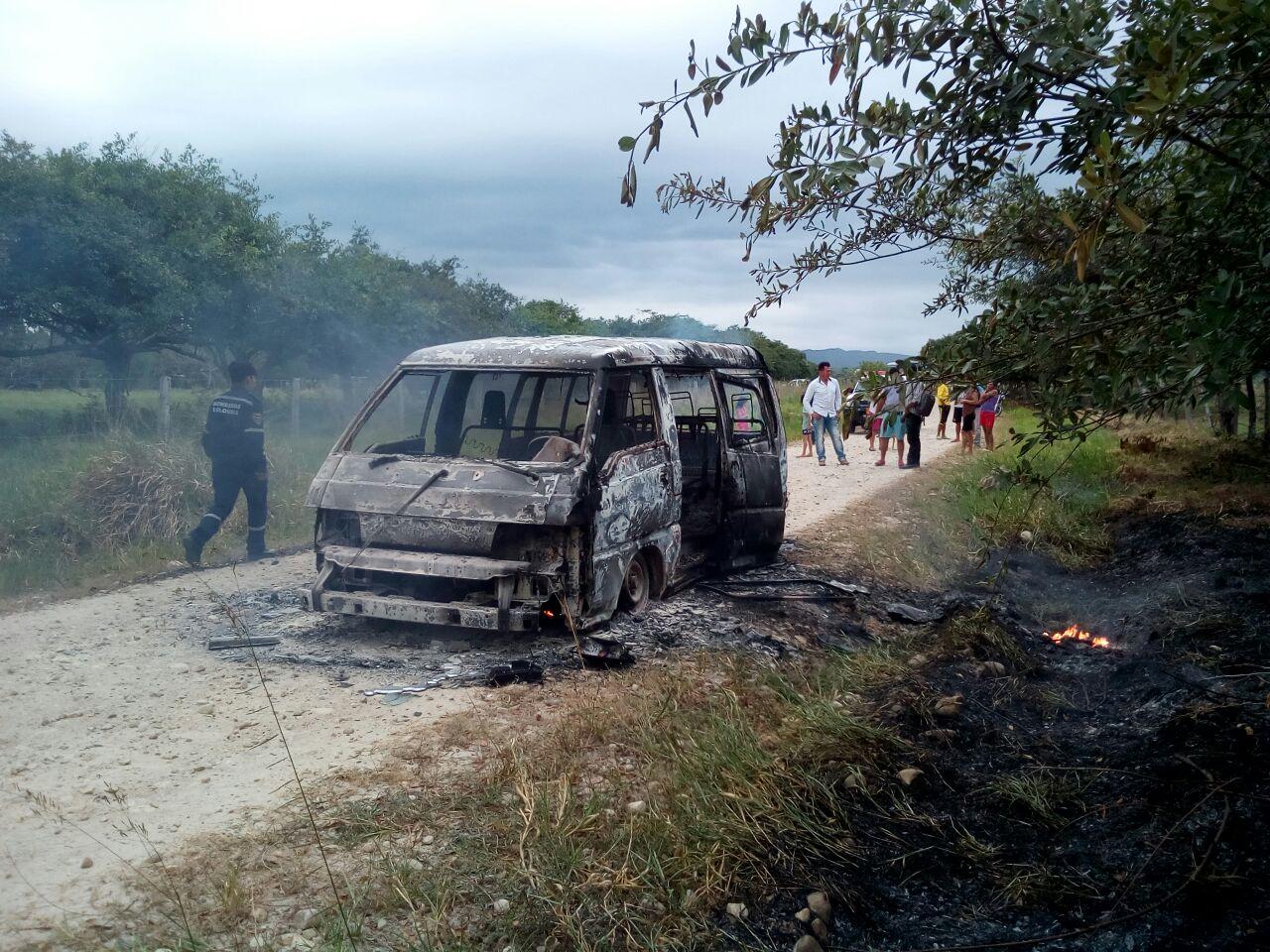Buseta que prestaba servicio de transporte escolar se incineró esta mañana cuando cubría ruta.