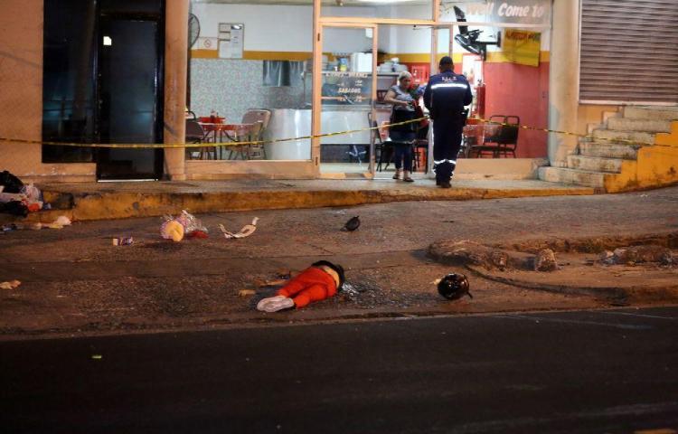 Mr. Felo se mató en su moto y su acompañante está grave