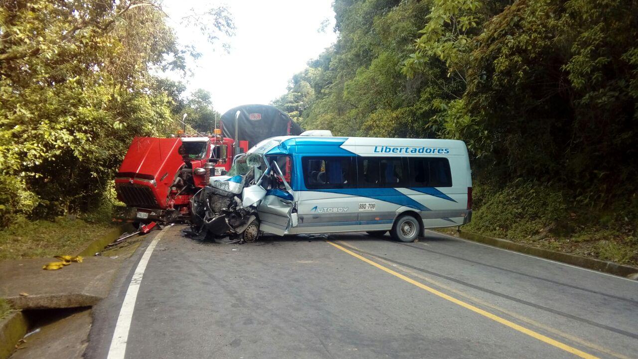 Una persona muerta y cuatro heridas saldo de choque de tractocamión con microbús en Vía Cusiana