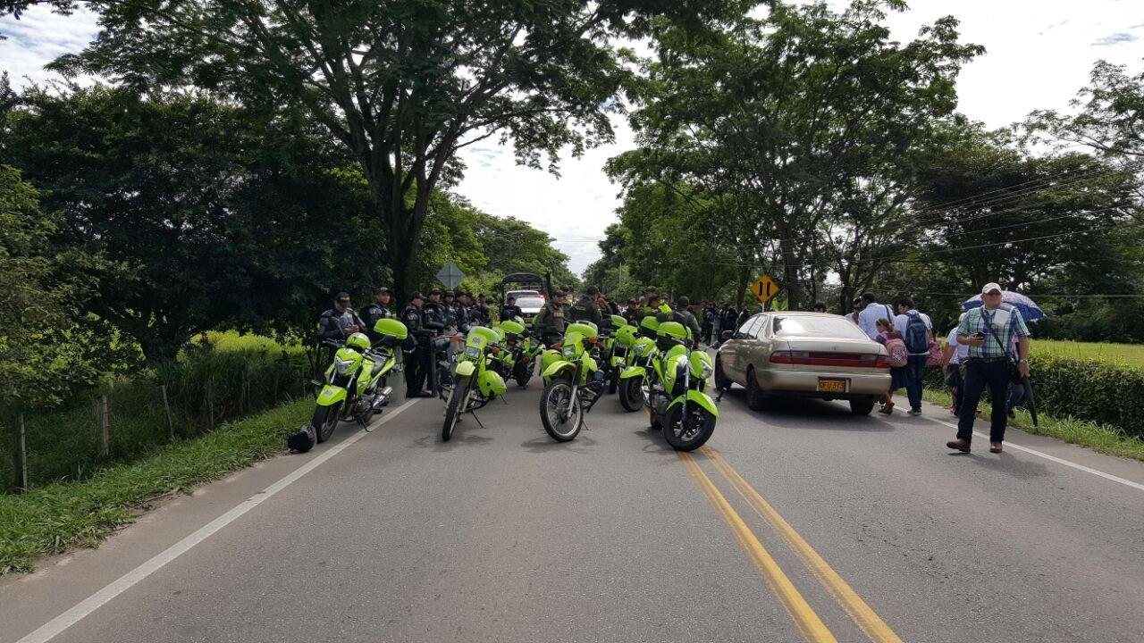 #EnAudio Profesores de #Casanare bloquean a esta hora la via del Cusiana a la salida de #Yopal.