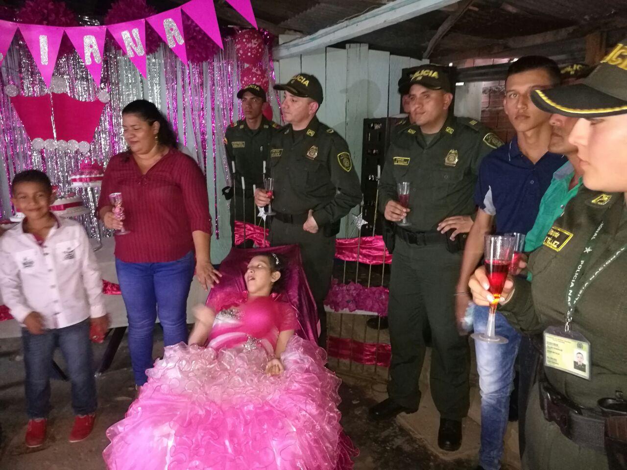 Policía del Meta celebró los 15 años a menor con deficiencia motriz y sin habla