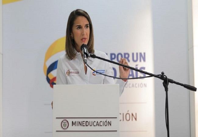 Ministra de Educación intenta frenar el conato de paro de los maestros Casanareños y Colombianos.