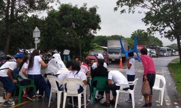 """""""Exigimos a la señora Secretaria de Educación que se haga presente aquí, no queremos pronunciamientos"""". Angie Rinta, estudiante de Chire, Hato Corozal"""