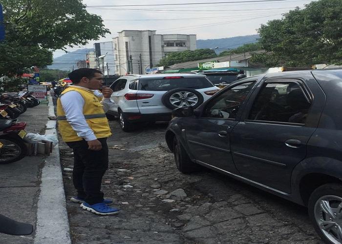 Secretaría de Tránsito de Yopal intensifica control de parqueo de carros en las calles.