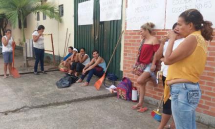 Con olla comunitaria, padres de familia en Pore, esperan la visita de la secretaria de educación el lunes.