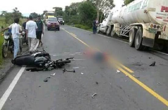 Venezolano falleció en Villanueva al estrellar su moto contra un camión.
