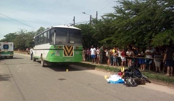 Joven docente perdió la vida en Villanueva cuando conducía su moto y perdió el control en accidente con un bus.
