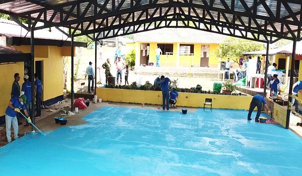 Voluntarios de Equión embellecieron la escuela de Mata de Limón.