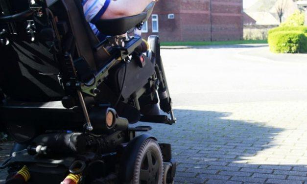 Hombre en silla de ruedas eléctrica atropelló a 2 ancianas (con intención) y se fugó