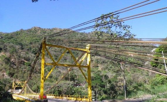 Ciudadanos alertan ante riesgo de paso de maquinaria pesada por el puente de La Cabuya.