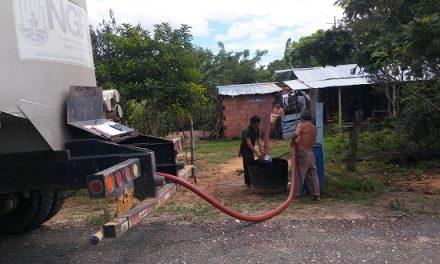 La Gobernación distribuye agua potable a familias campesinas en Hato Corozal.