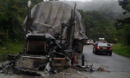 Autoridades investigan incendio de tractomula en vía del Cusiana.