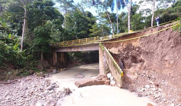 Inician trabajos para salvar el puente Quebrada Honda.