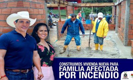 Gobernador y Primera Dama contribuyen en la construcción de vivienda nueva para damnificados de incendio en Monterrey.